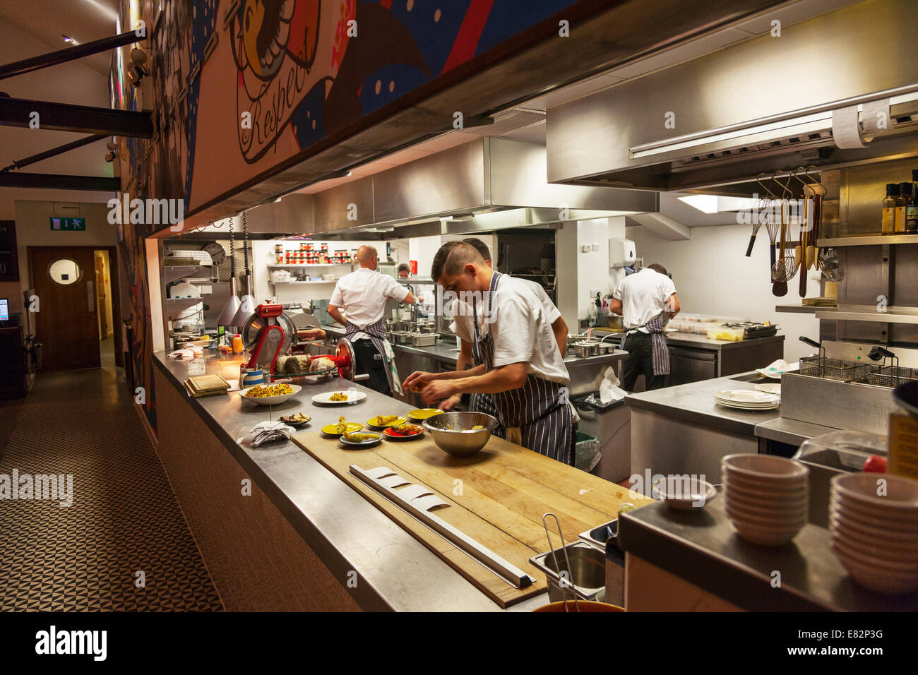 KITCHEN PASS chef chefs cooks Jamie Oliver's fifteen restaurant Cornwall Cornish west country typical dramatic - Stock Image