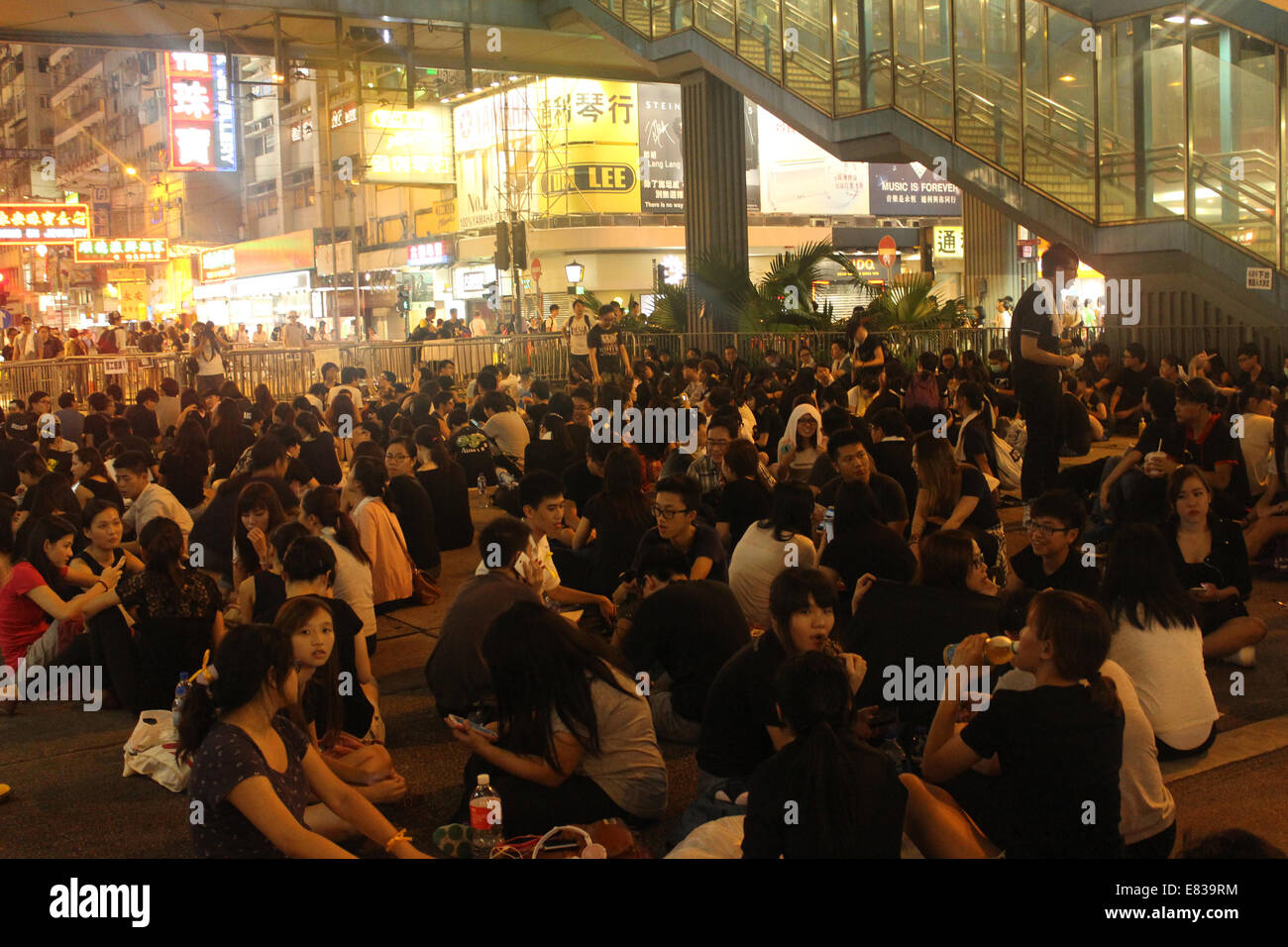 Hong Kong, China. 29th Sept, 2014. Hong Kong Protests: Pro-democracy activists block Hennessy Road in the shopping - Stock Image