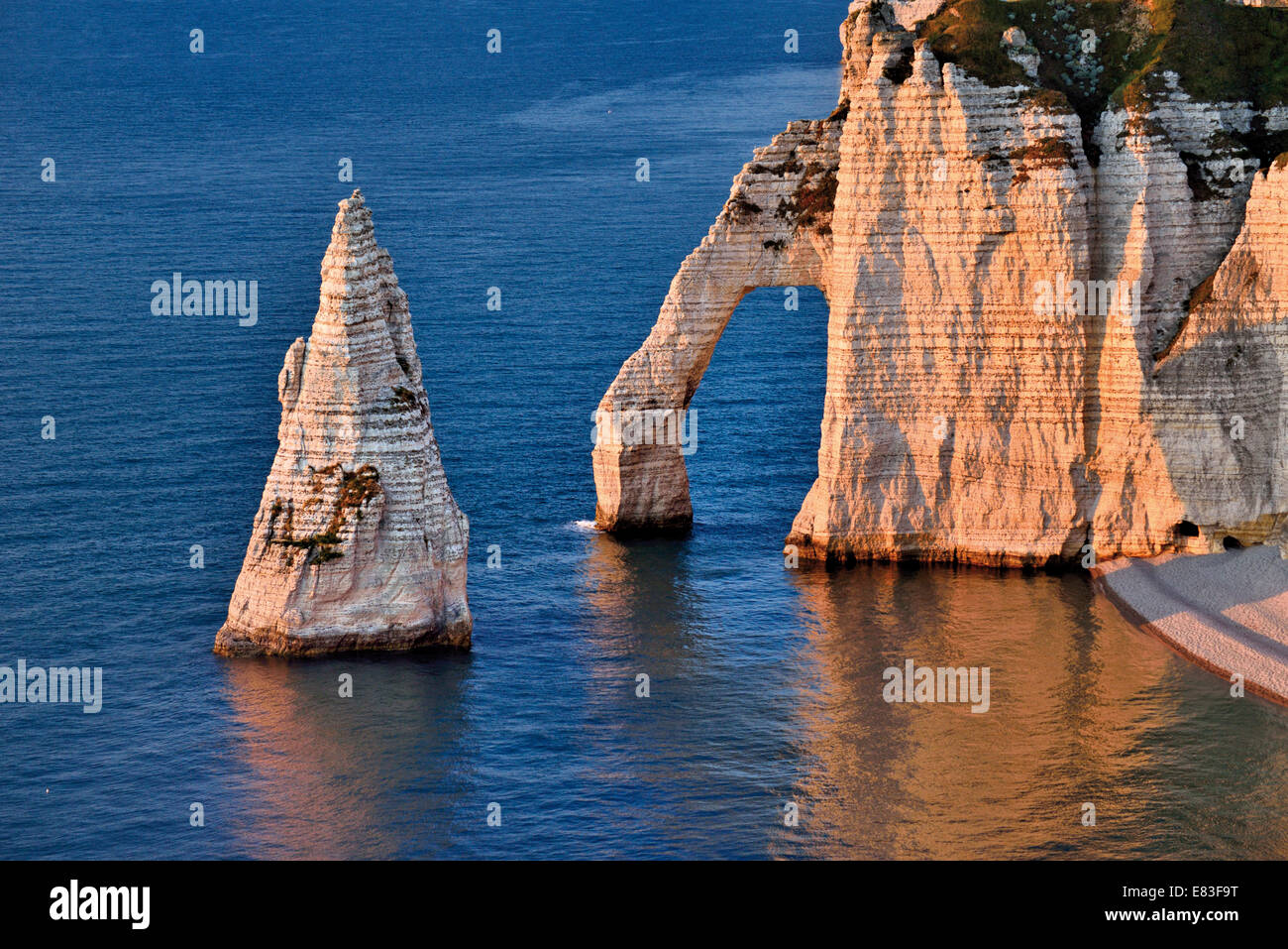 France, Normandy: Upper view to the chalk rocks and cliffs of Etretát - Stock Image