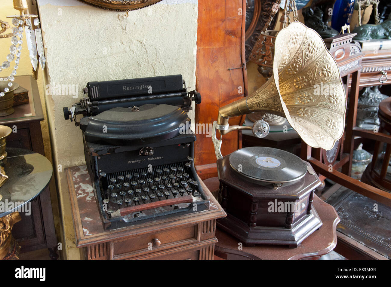 Old typewriter and gramophone player in an antiques shop, Spain - Stock Image