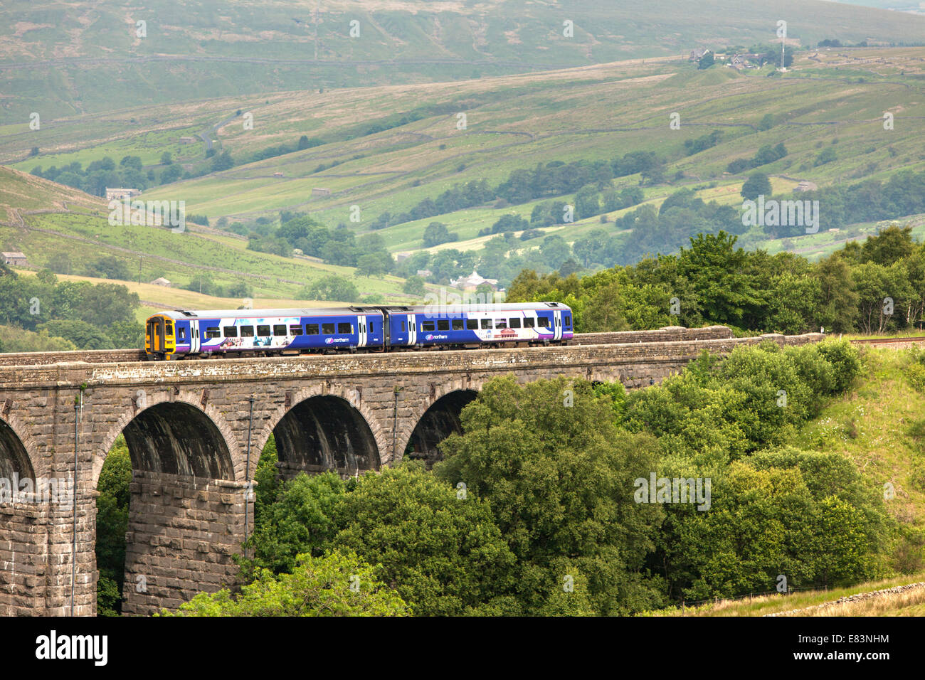 Train crossing the Dent Head Viaduct on the Settle-Carlisle Railway line, Yorkshire Dales, North Yorkshire, England, - Stock Image