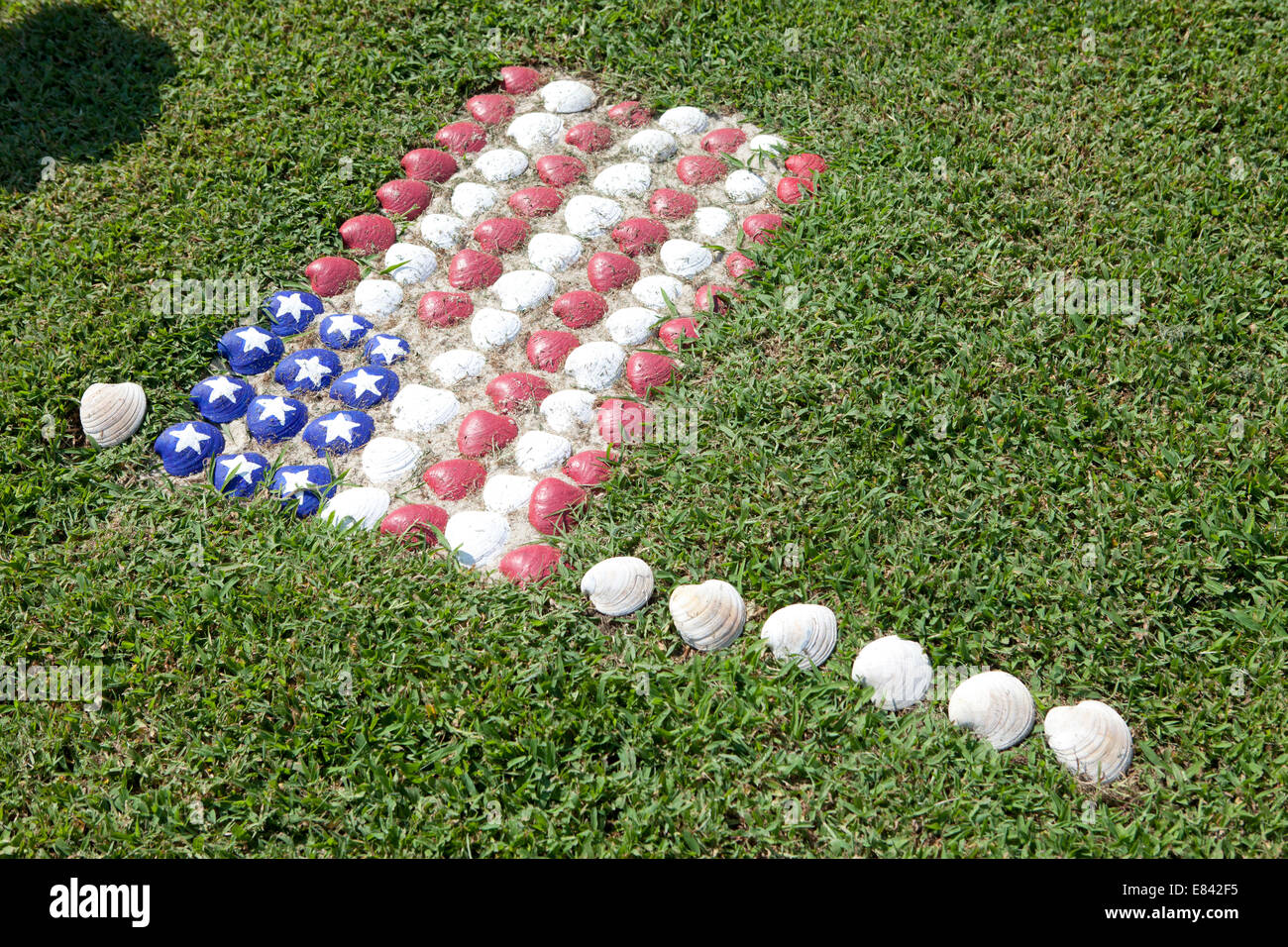 Garden lawn with American Flag made out of seashells - Stock Image