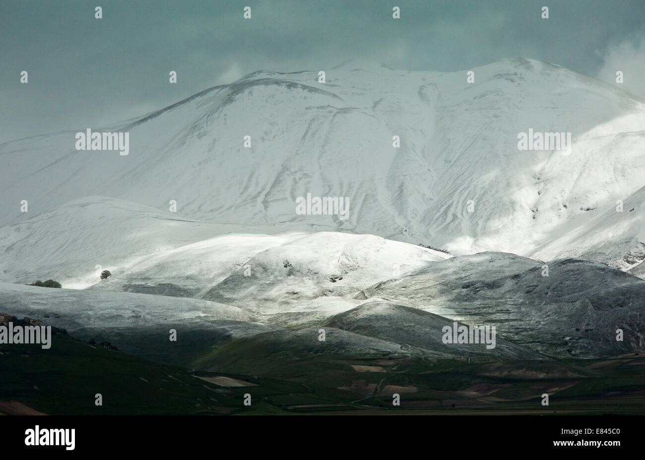 The snowy slopes of Monte Vettore in Monti Sibillini National Park, Italy. - Stock Image