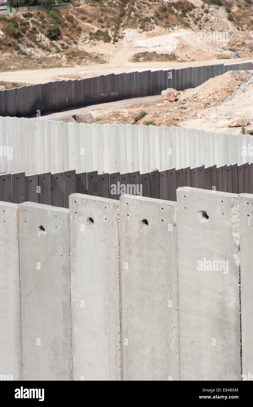JERUSALEM, PALESTINE, WEST BANK - JULI 11, 2004: Middle-east conflict: Building the concrete Israeli separation Stock Photo