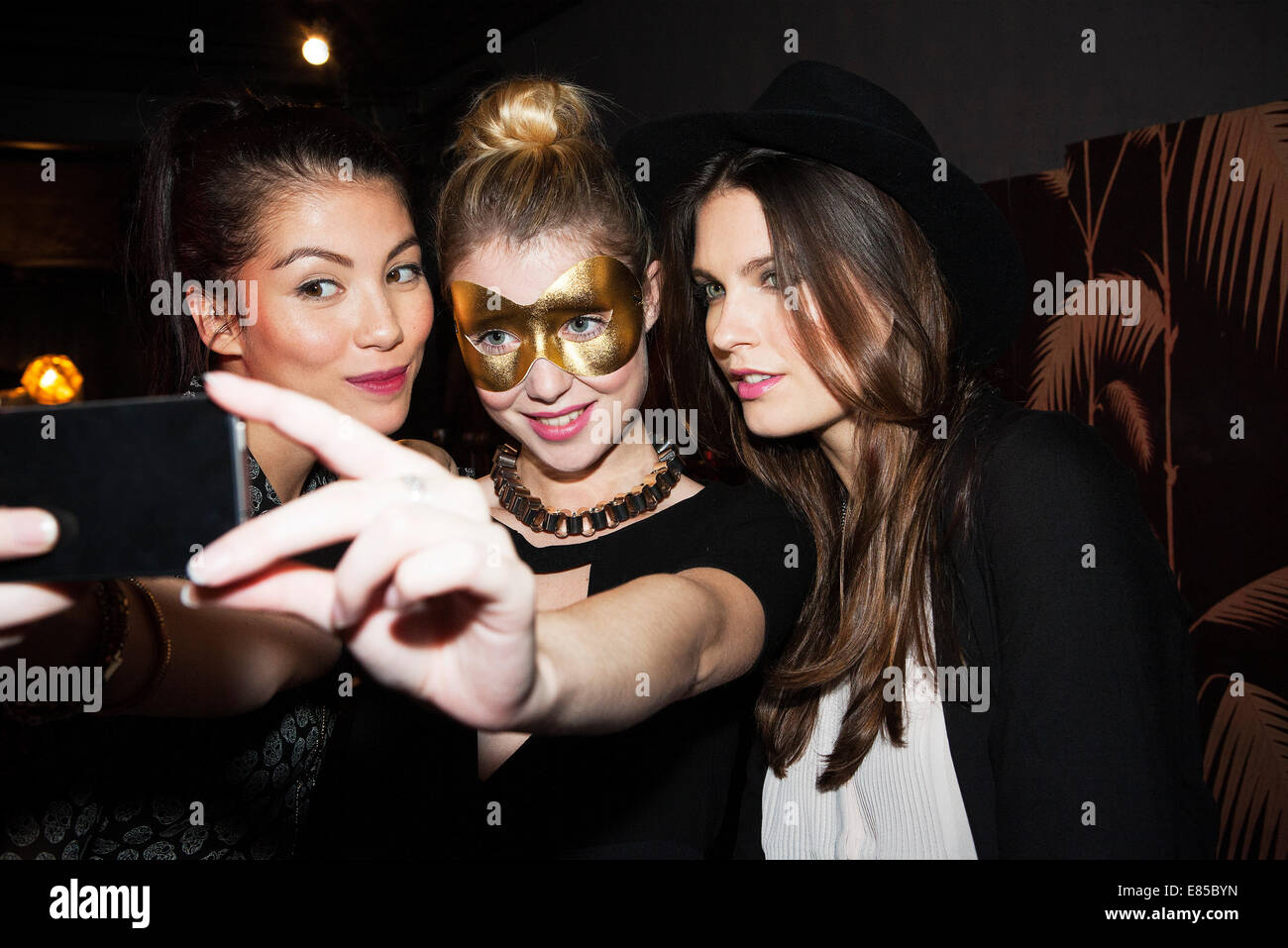 Young women at night club taking selfie - Stock Image