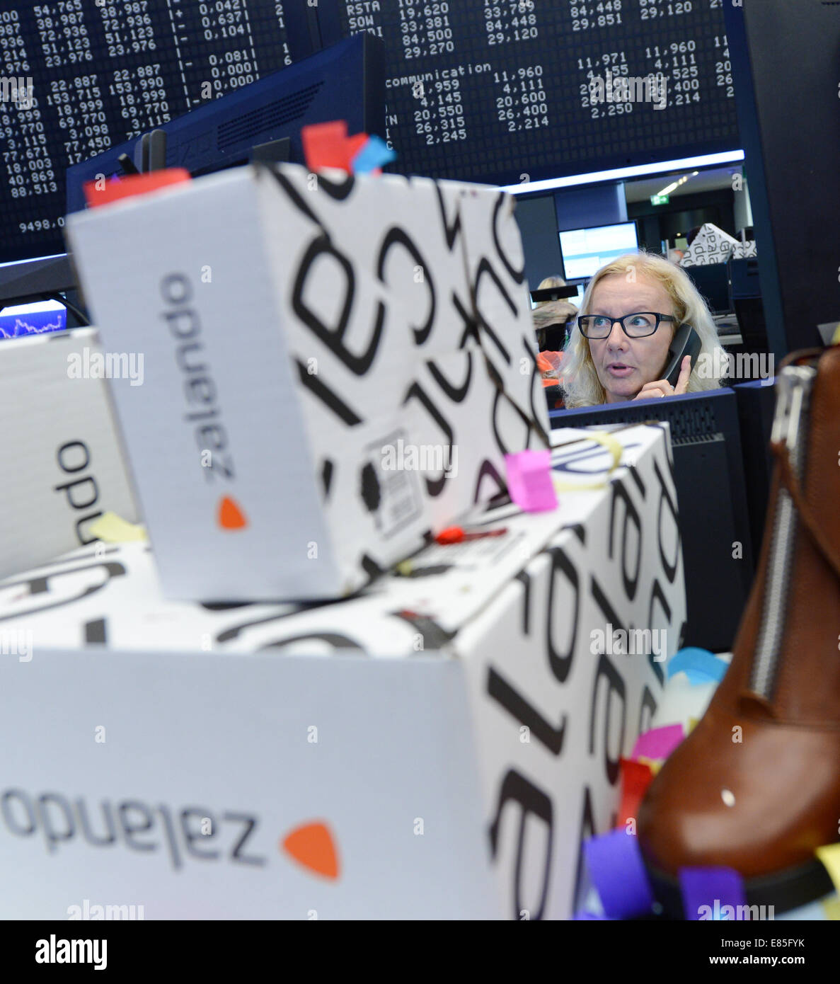 Frankfurt, Germany . 01st Oct, 2014. Zalando boxes and shoes stand in front of the DAX display panel at the Frankfurt - Stock Image