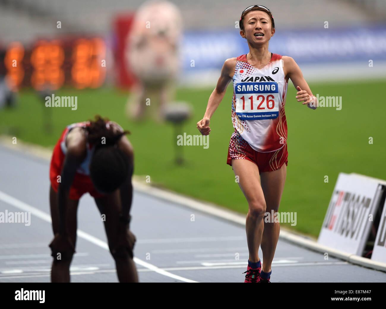 Incheon, South Korea. 2nd Oct, 2014. Kizaki Ryoko (R) of Japan competes during the women's marathon of athletics - Stock Image