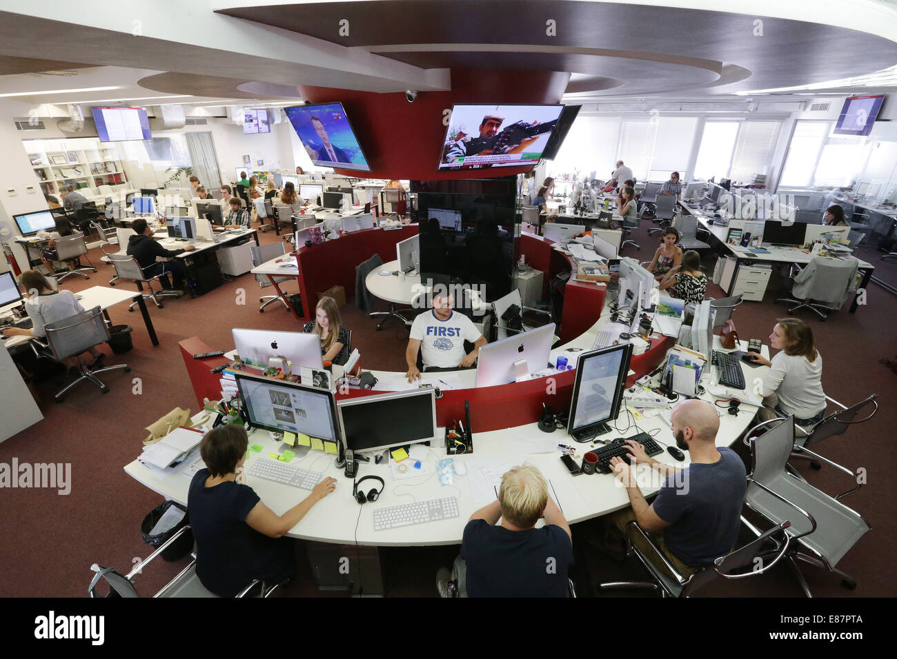 MOSCOW, RUSSIA. OCTOBER 2, 2014. Employees at the offices of the 'Russia Beyond the Headlines' (RBTH) multilingual - Stock Image