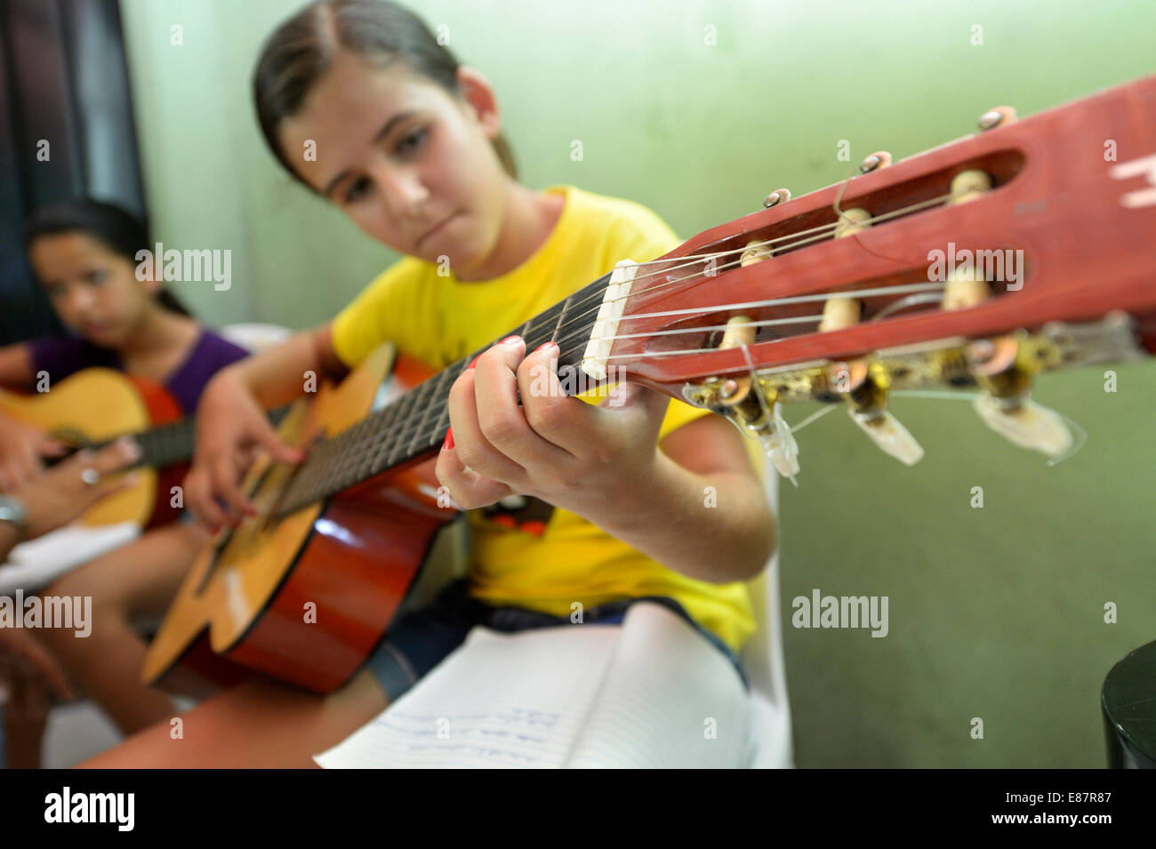Music lessons with young people, guitar group, Ponta da Serra, Crato, State of Ceará, Brazil - Stock Image