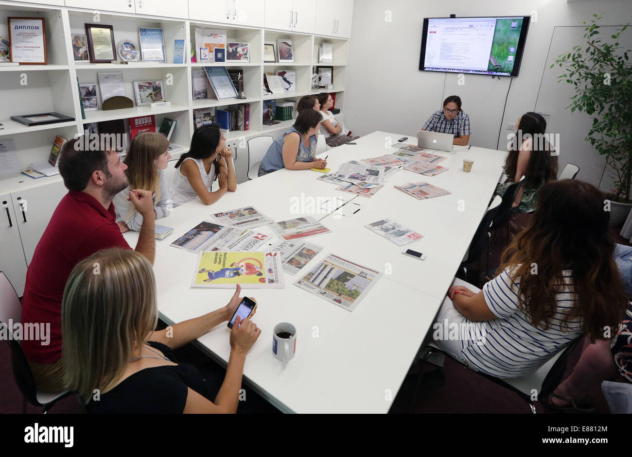MOSCOW, RUSSIA. OCTOBER 2, 2014. Employees attend a staff meeting at the offices of the 'Russia Beyond the Headlines' - Stock Image
