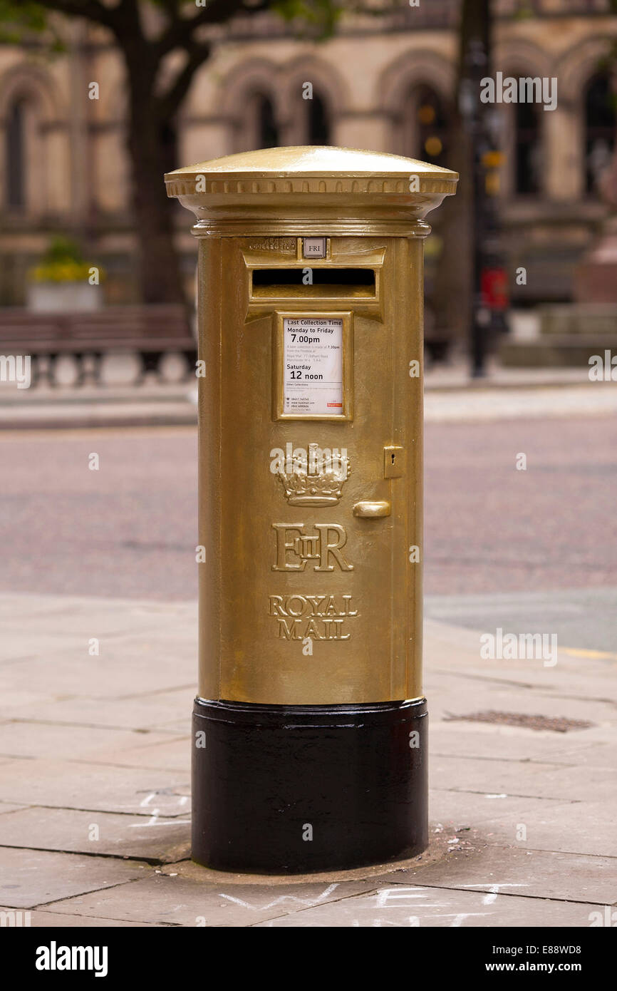RED POST BOX IN MANCHESTER PAINTED GOLD BY ROYAL MAIL TO CELEBRATE PHILIP HINDES ' OLYMPIC GOLD MEDAL - Stock Image
