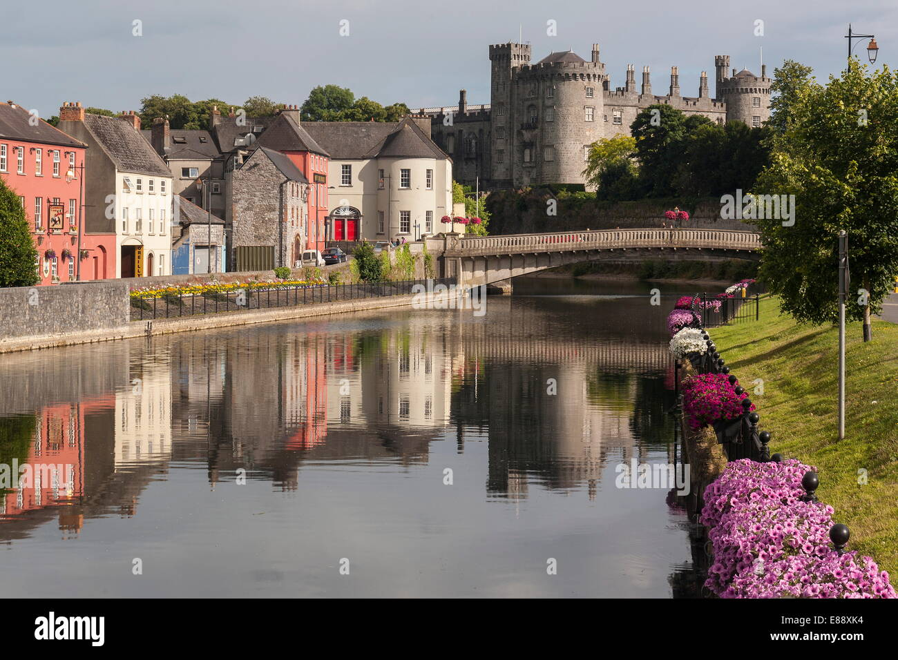 Castle and River Nore, Kilkenny, County Kilkenny, Leinster, Republic of Ireland, Europe - Stock Image