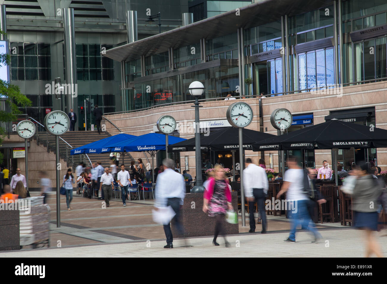 Concourse at Canary wharf showing business people enjoying a stroll at lunchtime - Stock Image