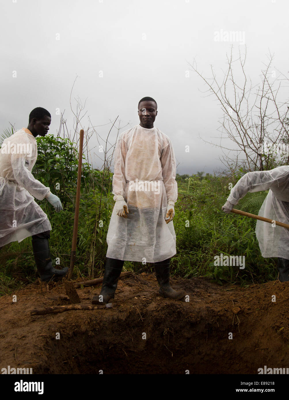 Burial team buries an Ebola victim. Unification Town, Liberia 2014-08-30 11:44:54 - Stock Image
