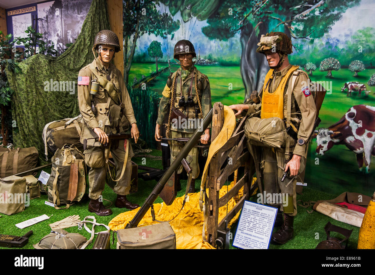 WW2 American airborne soldiers uniforms and weapons, Musée Mémorial d'Omaha Beach, Saint-Laurent-sur - Stock Image