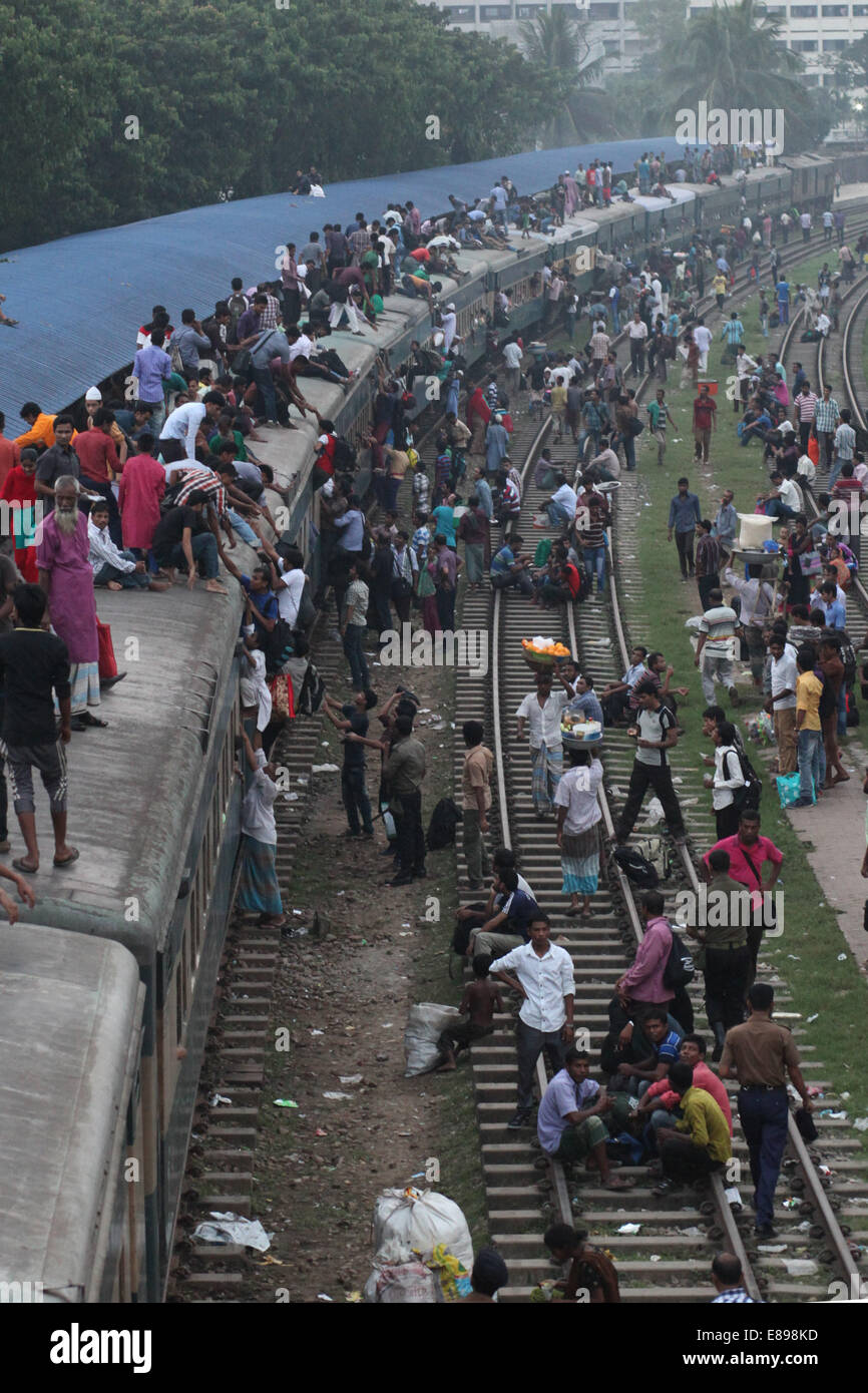 Dhaka, Bangladesh. 2nd Oct, 2014. Crowds of people board the roofs of trains in Dhaka, Bangladesh, for a risky ride - Stock Image