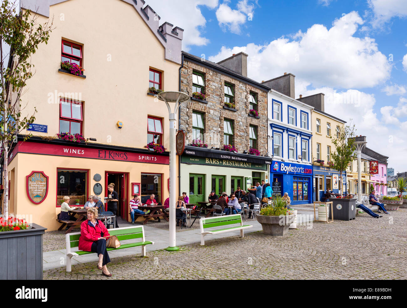 Shops and pubs on Market Square in the town centre, Clifden, Connemara, County Galway, Republic of Ireland - Stock Image