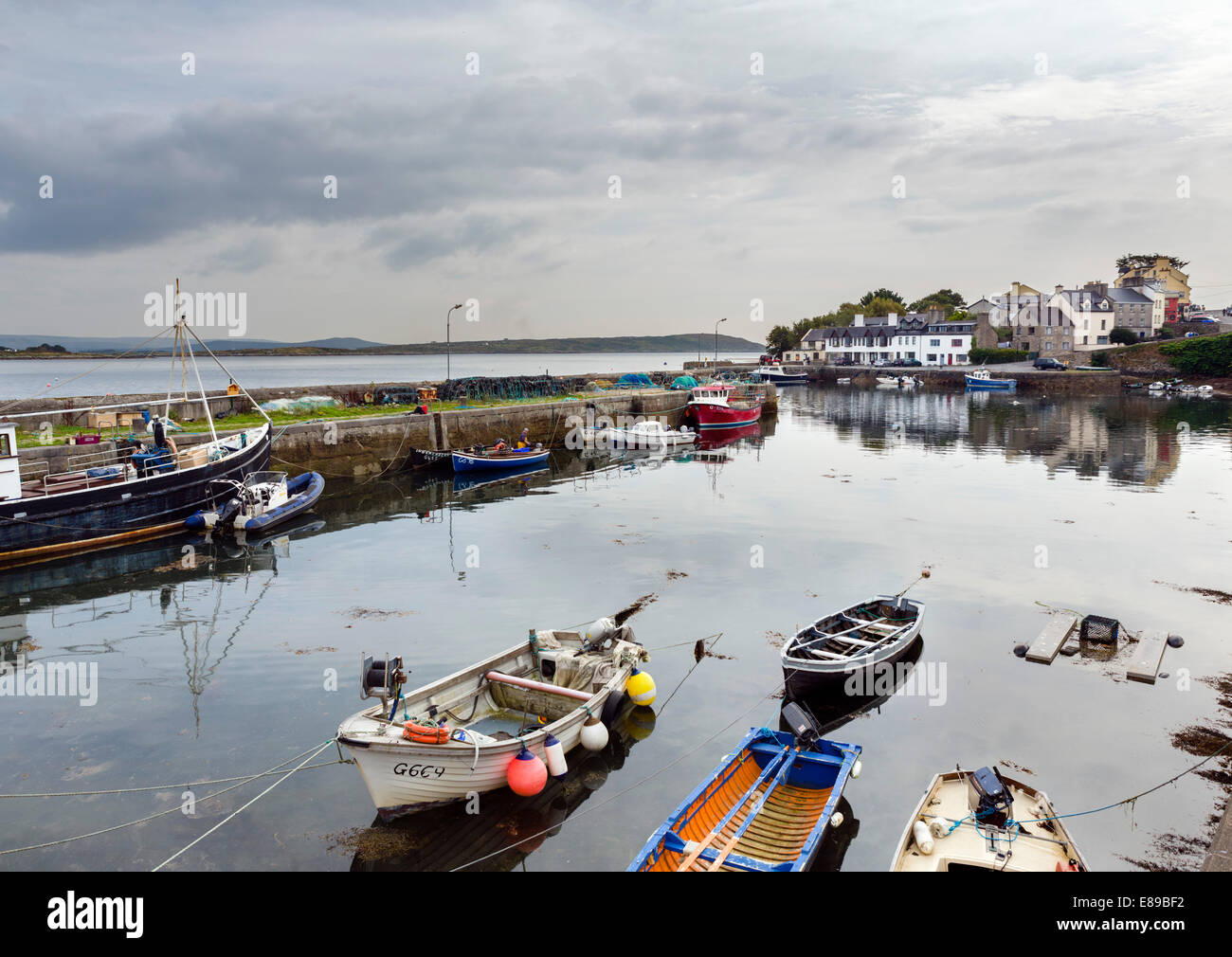 The picturesque harbour of Roundstone, Connemara, County Galway, Republic of Ireland - Stock Image
