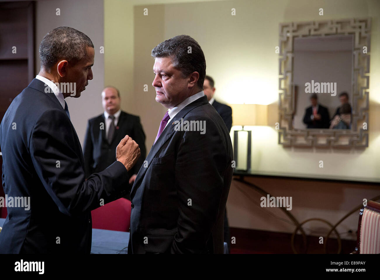 President Barack Obama talks with President-elect Petro Poroshenko of Ukraine after statements to the press following - Stock Image