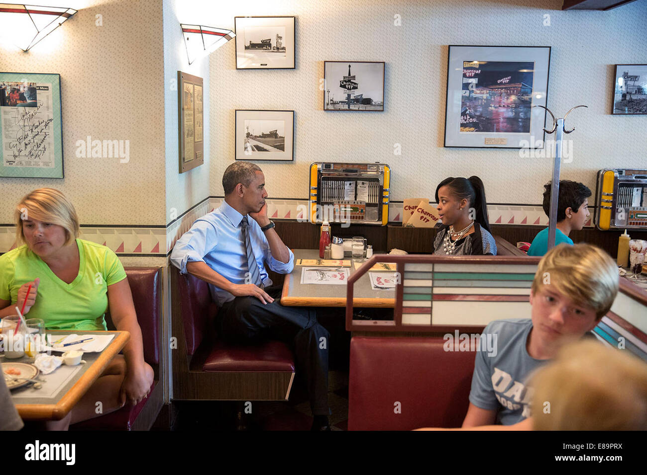 President Barack Obama meets with Tanei Benjamin during lunch at the Charcoal Pit restaurant in Wilmington, Del., - Stock Image