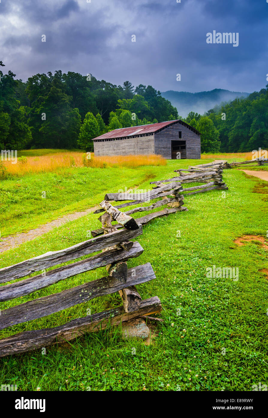 Fence and barn on a foggy morning, at Cade's Cove, Great Smoky Mountains National Park, Tennessee. - Stock Image