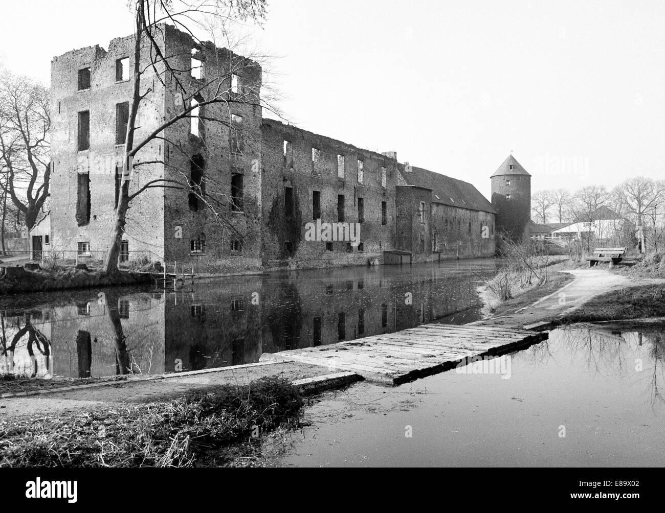 Achtziger Jahre, Burgruine Winnenthal, heute Seniorenresidenz und Altenheim, Xanten-Winnenthal, Niederrhein, Nordrhein - Stock Image