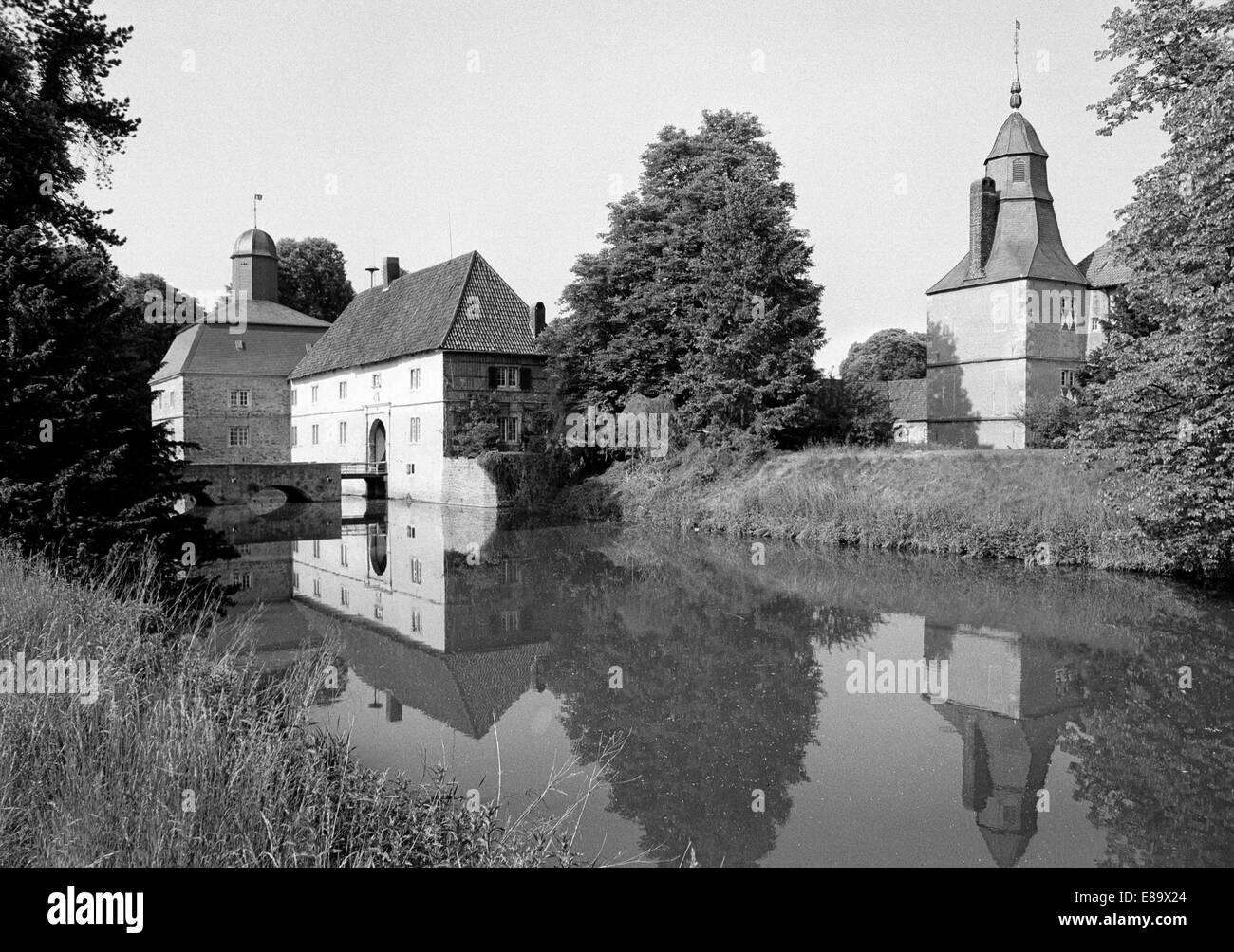 Achtziger Jahre, Torhaus und Wassergraben am Wasserschloss Westerwinkel in Ascheberg-Herbern, Muensterland, Nordrhein - Stock Image