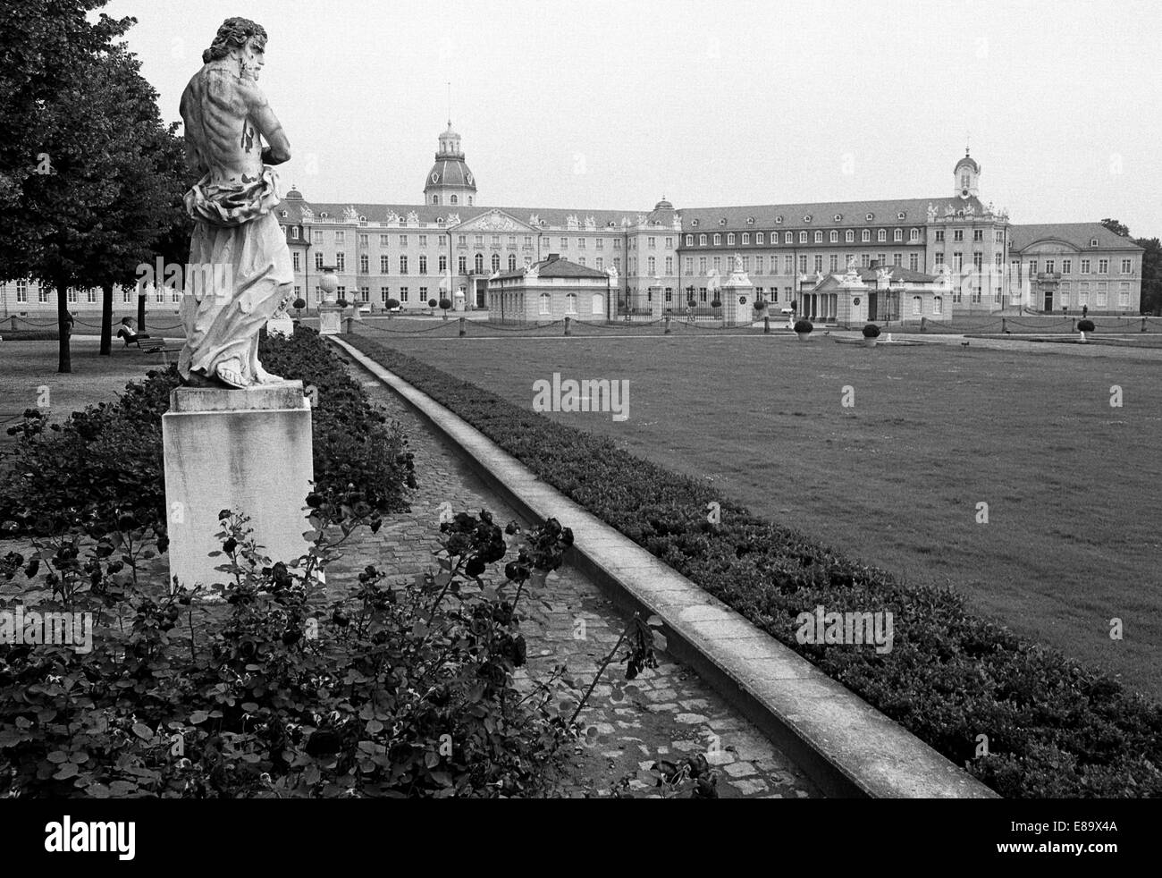 Achtziger Jahre, Schloss und Schlosspark Karlsruhe, heute Badisches Landesmuseum und Teilbereiche vom Bundesverfassungsgericht Stock Photo