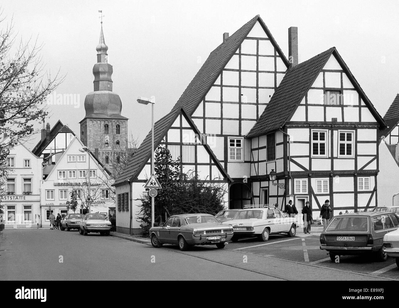 Achtziger Jahre, parkende Autos, Fachwerkhaeuser am Marktplatz und Grosse Marienkirche, Evangelische Kirche, Lippstadt, - Stock Image