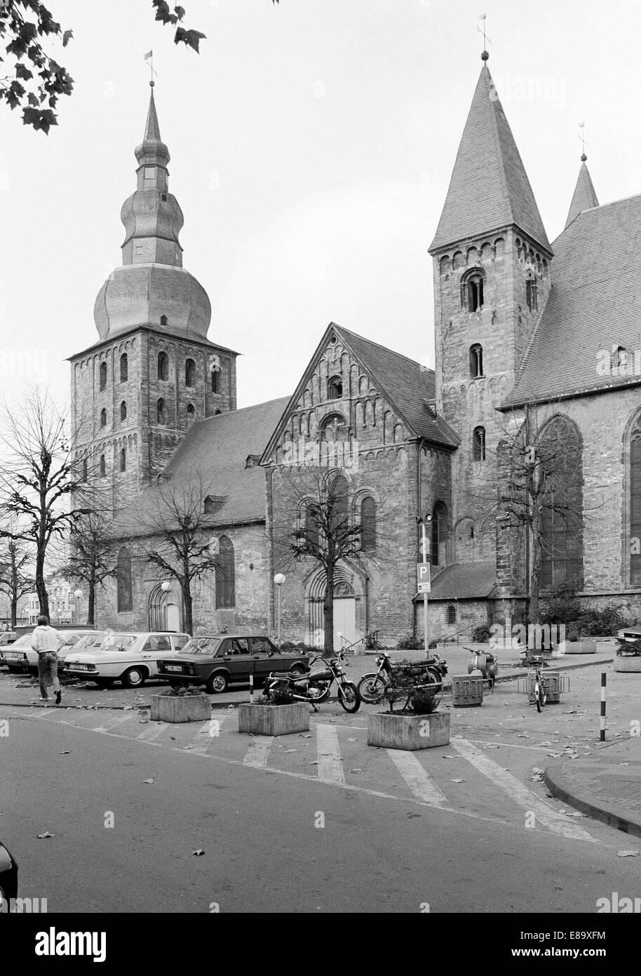 Achtziger Jahre, Autos und Motorraeder parken auf dem Marktplatz, dahinter die Grosse Marienkirche, Evangelische - Stock Image