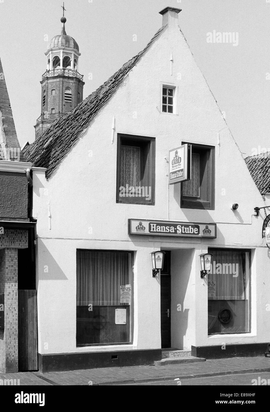 Achtziger Jahre, Wohnhaus Brunnenstrasse und Grosse Kirche, Evangelisch reformierte Kirche, Leer, Ostfriesland, - Stock Image
