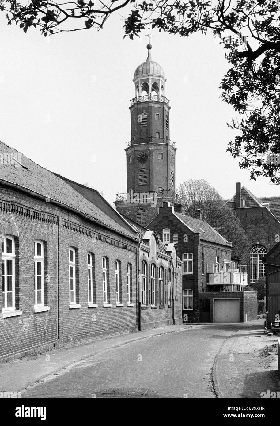 Achtziger Jahre, Grosse Kirche, Evangelisch reformierte Kirche, Wohnhaeuser Reformierter Kirchgang, Leer, Ostfriesland, - Stock Image
