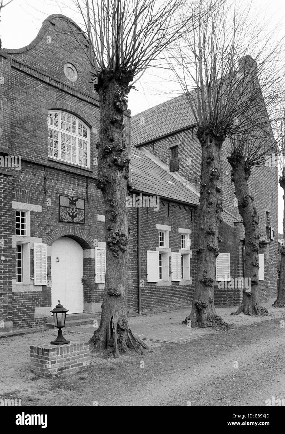 Achtziger Jahre, Steinhaus Bunderhee, heute Museum, im Mittelalter Haeuptlingsburg und Haeuptlingssitz Ostfriesischer - Stock Image