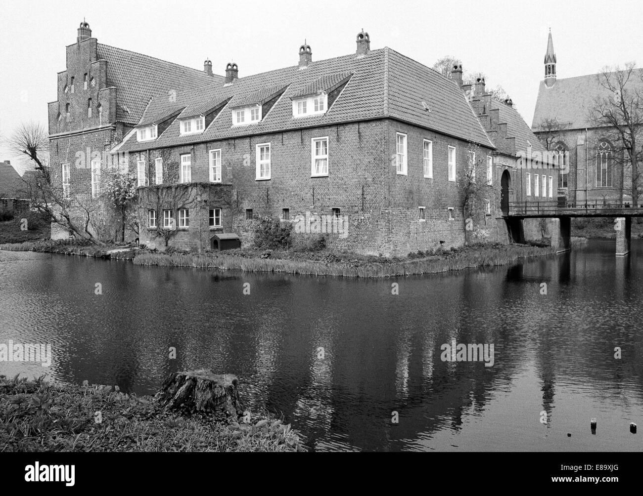 Achtziger Jahre, Wasserburg Hinta, ehemals Osterburg, im Mittelalter Haeuptlingsburg und Haeuptlingssitz Ostfriesischer - Stock Image