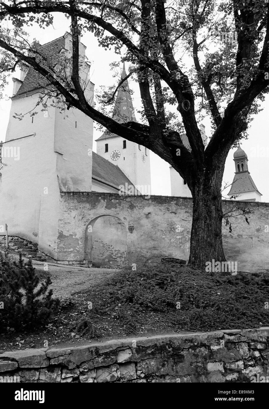 Achtziger Jahre, Wehrkirche Mariae Geburt, Kirchenburg mit Ringmauer in Kinding, Naturpark Altmuehltal, Oberbayern, - Stock Image