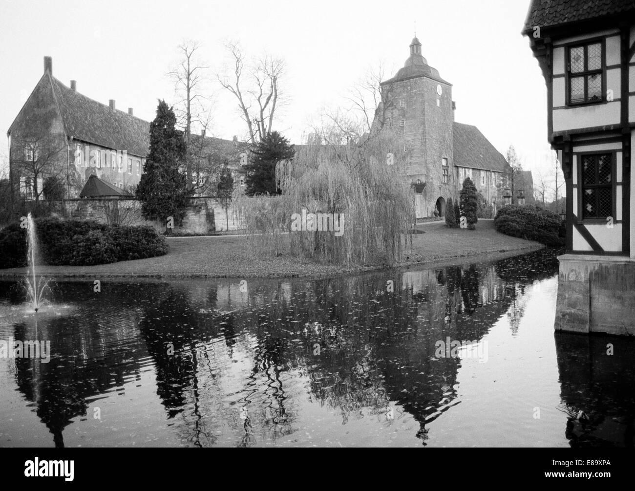 Achtziger Jahre, Oberburg mit Torturm und Wassergraben, Schloss Burgsteinfurt in Steinfurt, Muensterland, Nordrhein - Stock Image