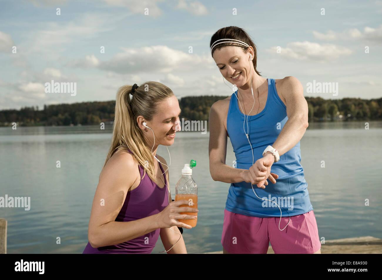 Jogging women taking a break, Woerthsee, Bavaria, Germany - Stock Image