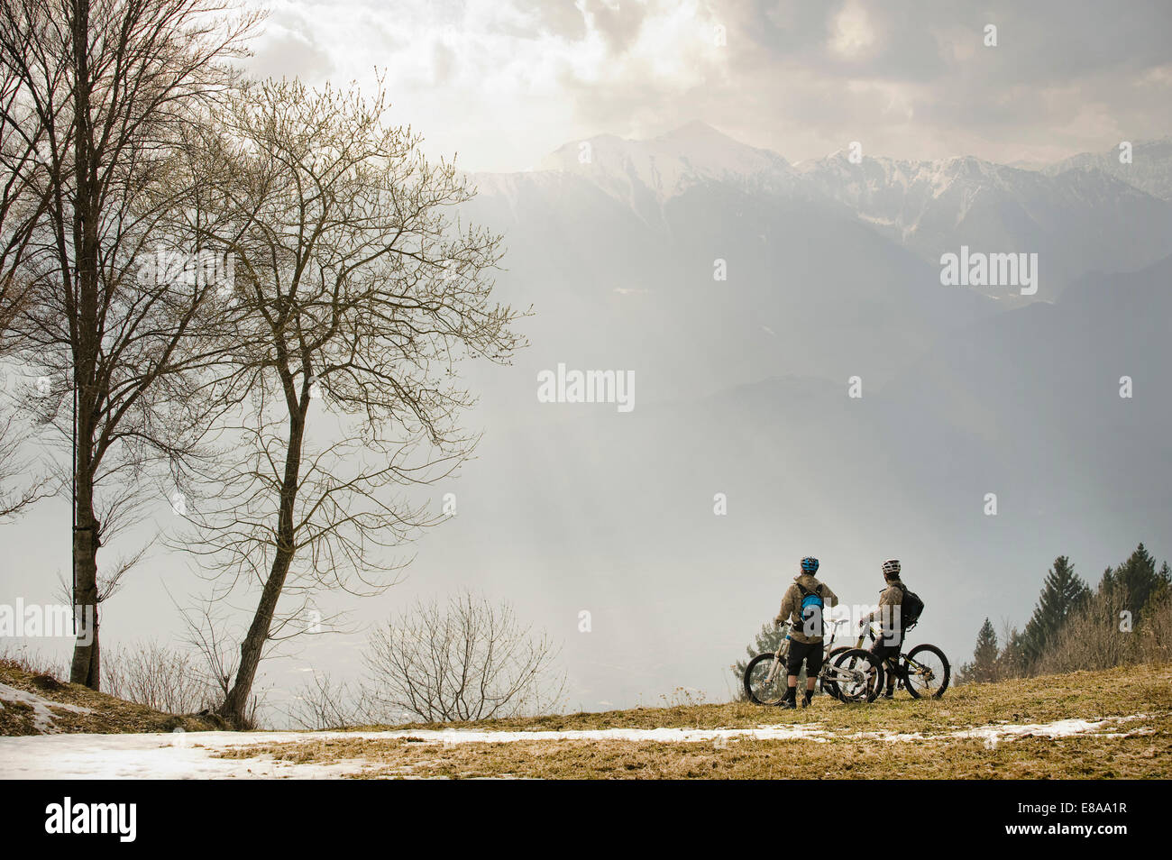 Men with mountain bikes at Lake Garda, Italy - Stock Image