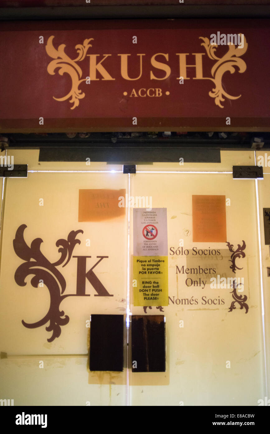 BARCELONA COFFEE SHOPS CANNABIS Marijuana In Barcelona.  Entrance door of the Kush Cannabis association, specializing - Stock Image