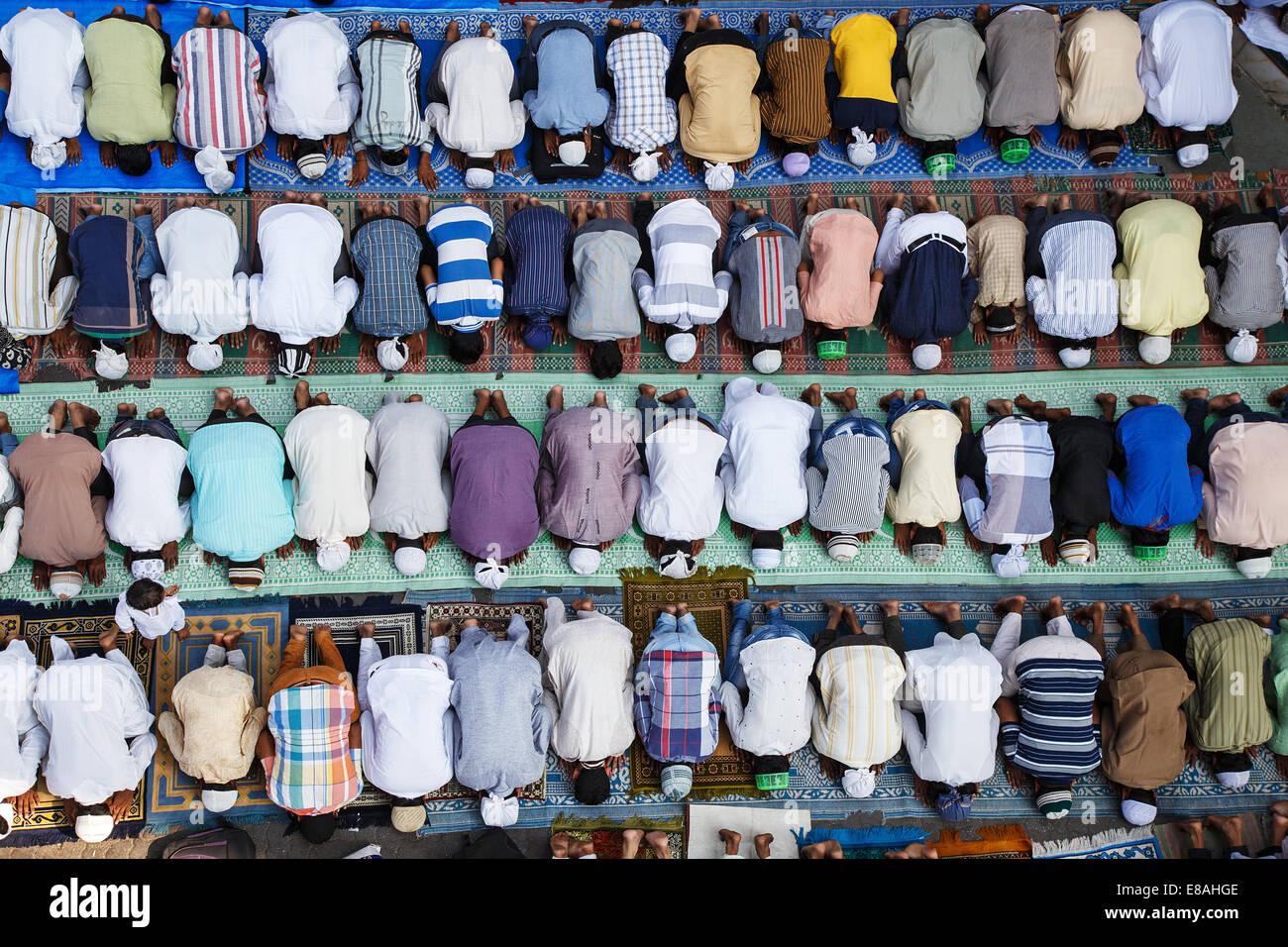Muslim Friday salat prayer jumu'ah outside Jama Mosque masjid in Bandra, Mumbai, India. - Stock Image