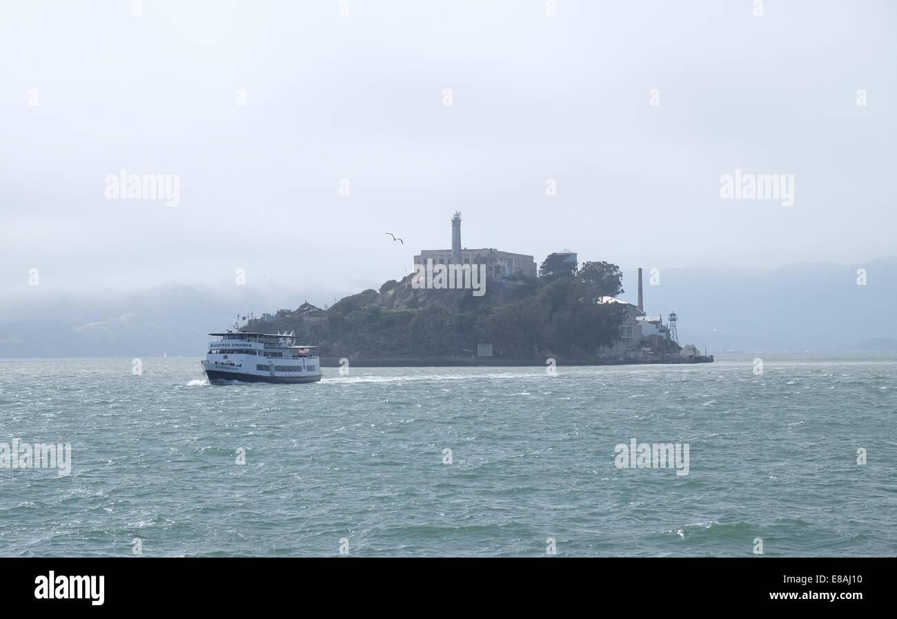 A tour boat leaves Alcatraz prison in San Francisco - Stock Image