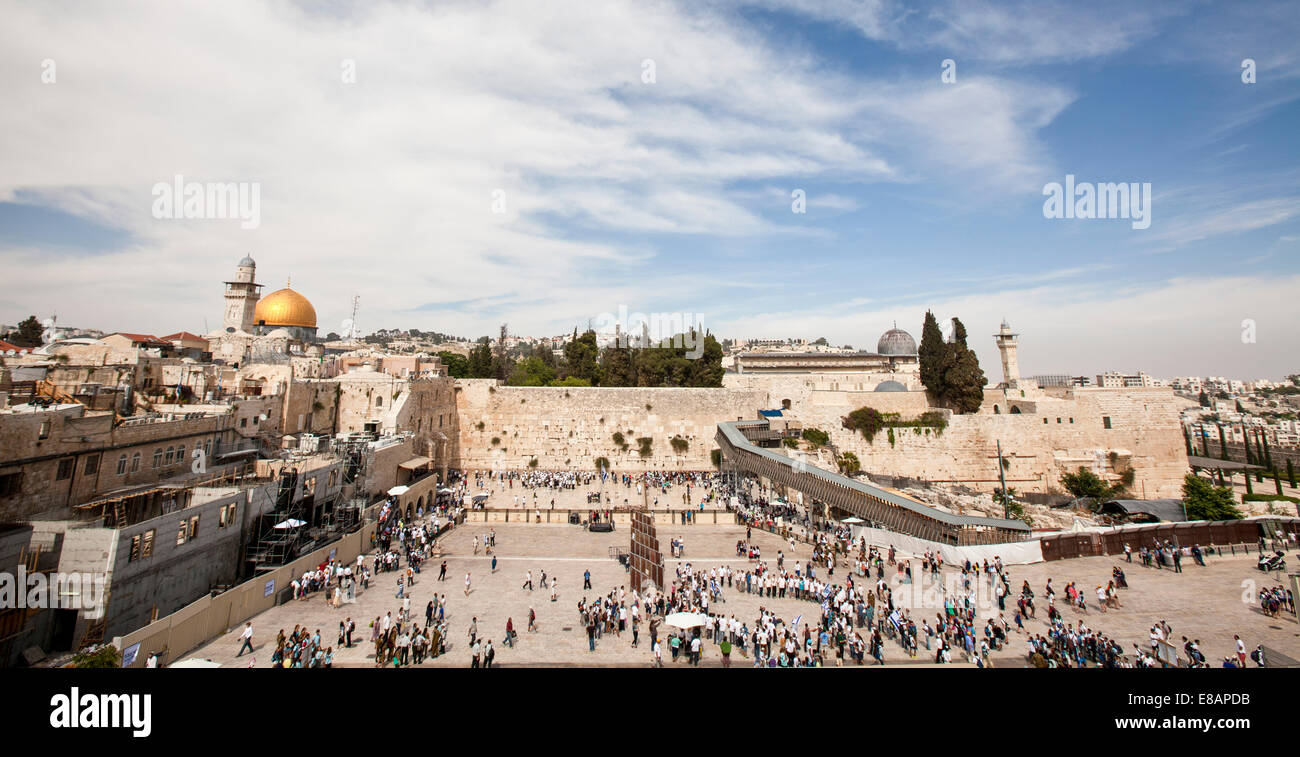 Israel, Jerusalem, Wailing Wall with the gilded dome of the rock on the left and the al-Aqsa Mosque on the right - Stock Image