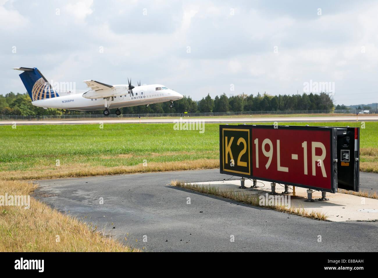 Dulles International Airport, Virginia, USA. 2nd October, 2014. A United Express jet taking off at Washington Dulles Stock Photo