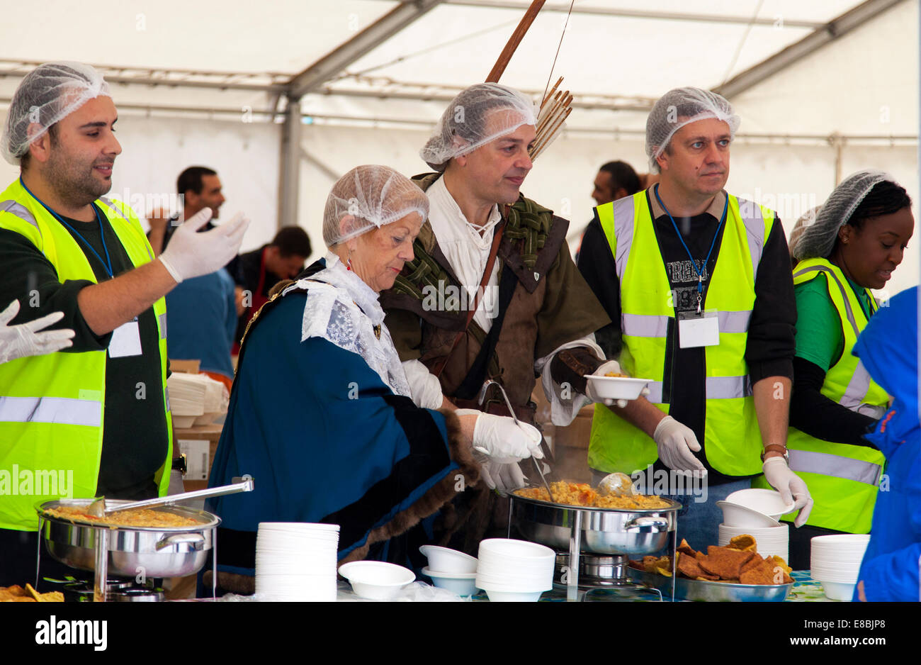 Nottingham, UK. 4th October, 2014. The Sheriff of Nottingham (Cllr Jackie Morris) and Robin Hood joined volunteers - Stock Image