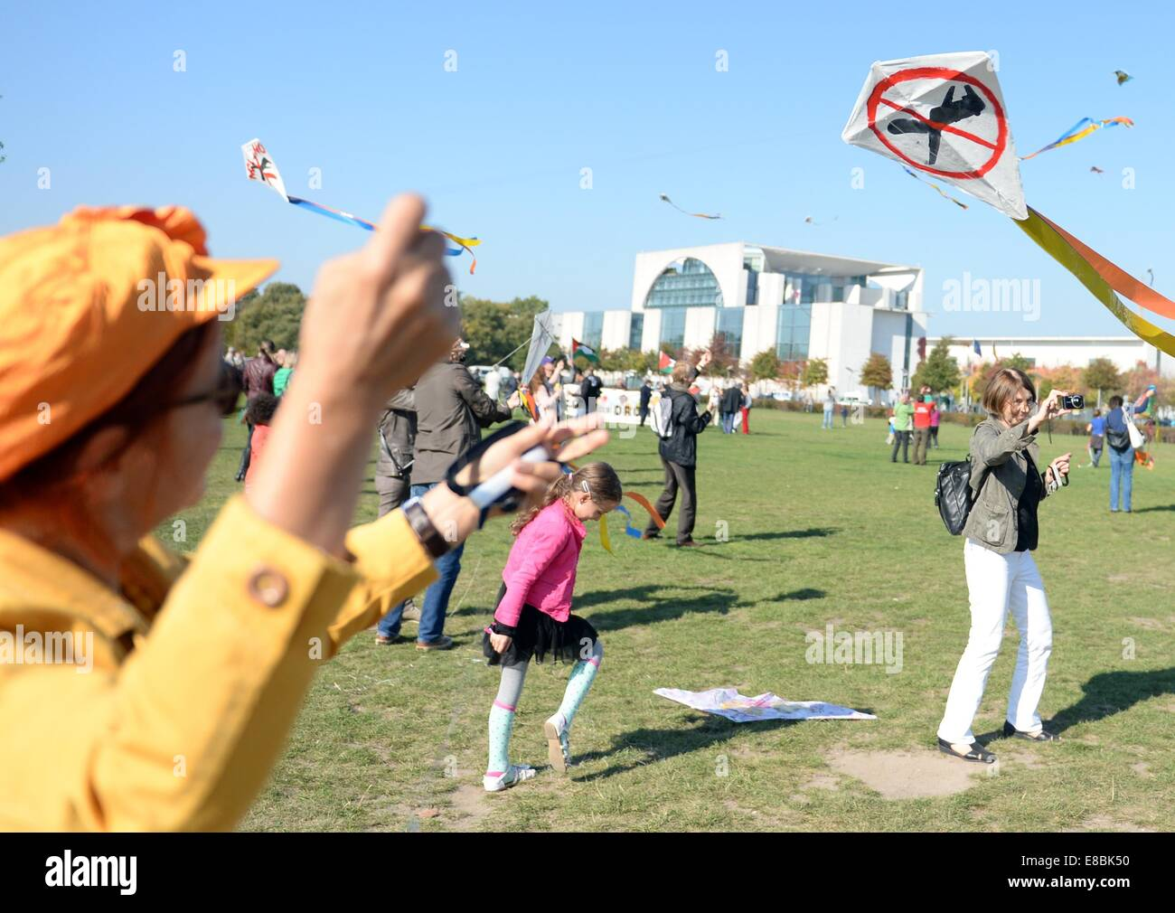 Demonstrators fly kites outside of the Reichstag in Berlin,Germany, 03 October 2014. During the campaint on international Stock Photo
