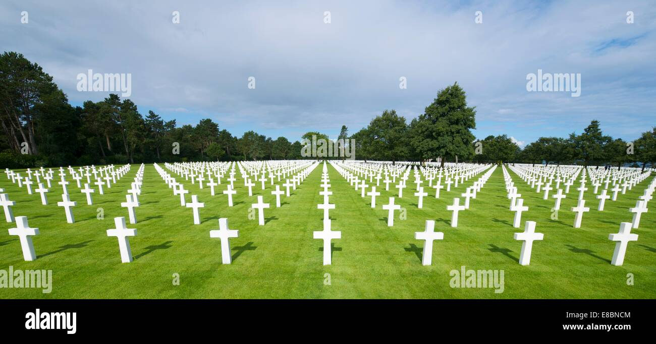 White crosses in American Cemetery, Coleville-sur-Mer, Omaha Beach, Normandy, France. - Stock Image
