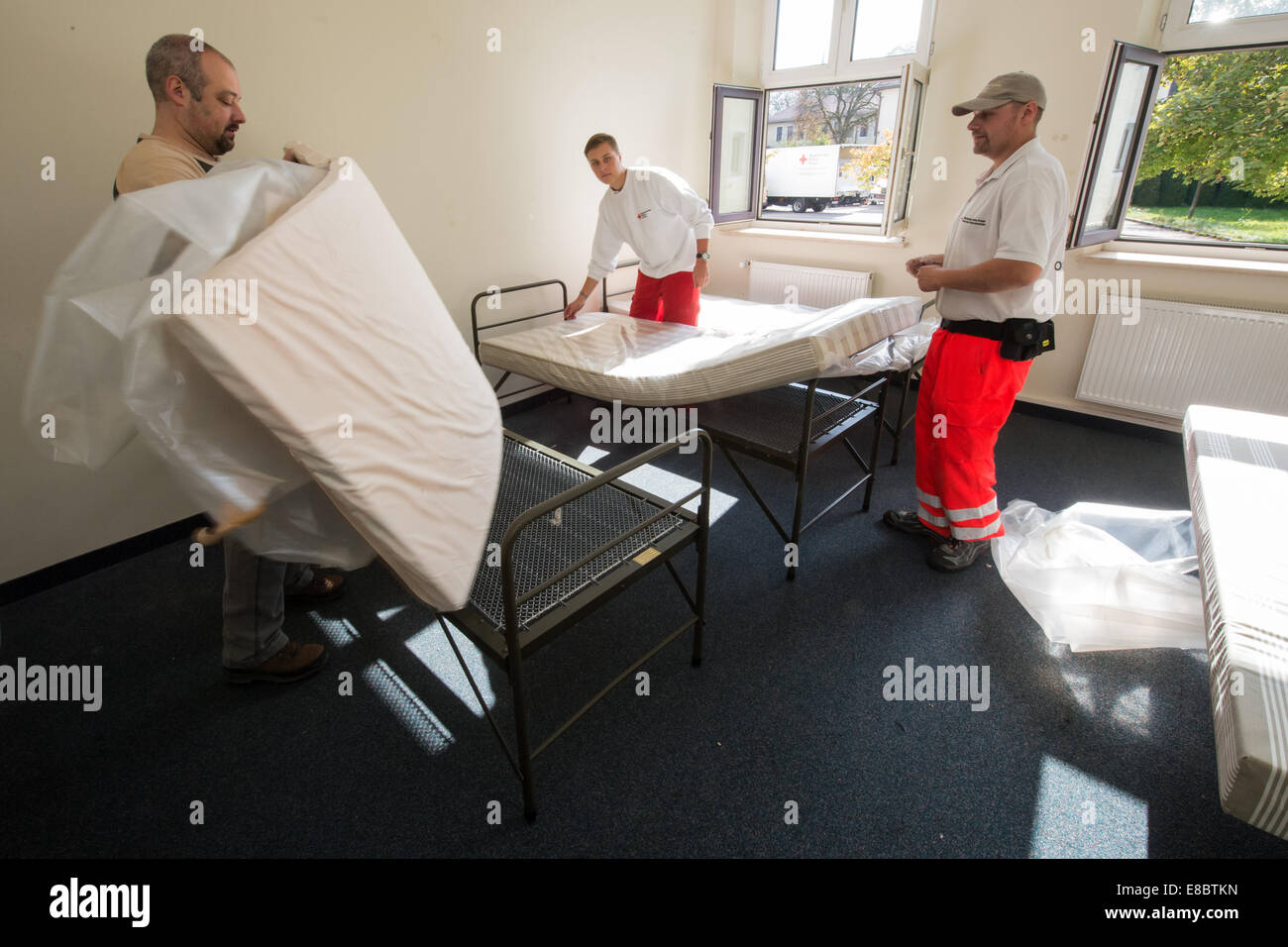 Aids from the Bavarian Red Cross (BRK) set up emergency housing for around 300 refugees in the former American barracks - Stock Image