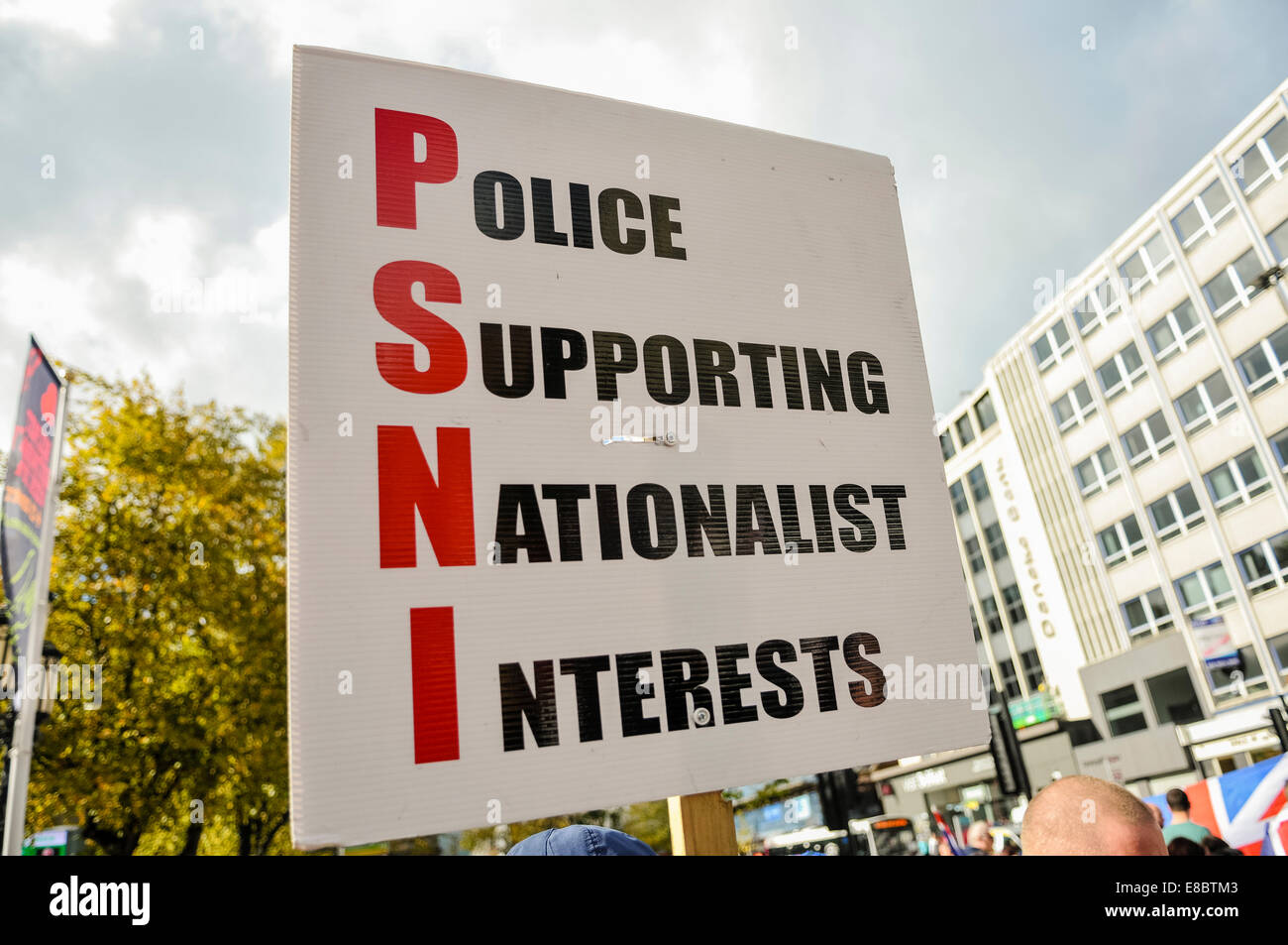 Belfast, Northern Ireland. 4 Oct 2014 - A banner is held up by a Loyalist saying 'PSNI - Police Supporting Nationalist - Stock Image