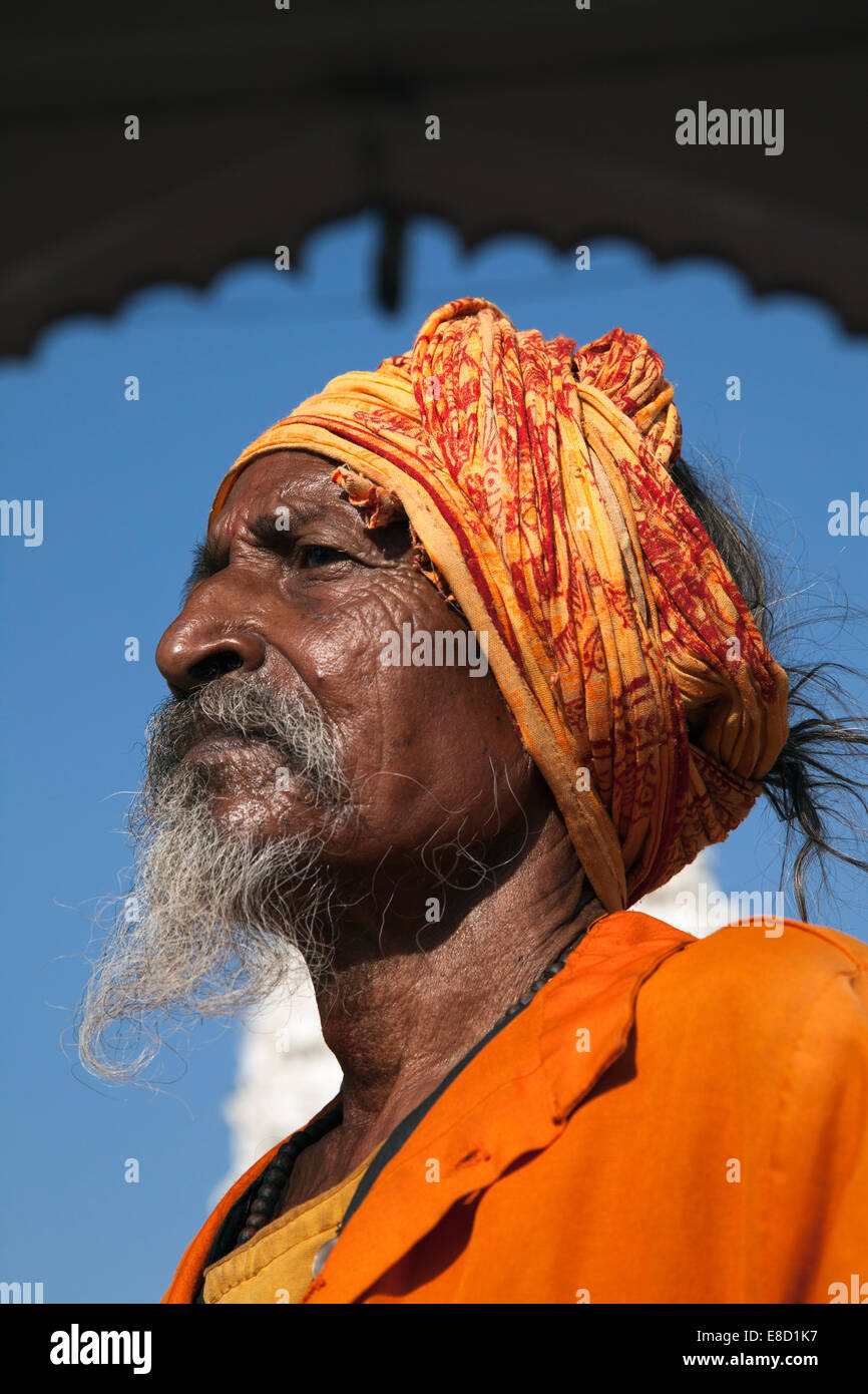 Bearded Sadu holy man at Hindu temple in the holy city of Pushkar, Rajasthan, India - Stock Image