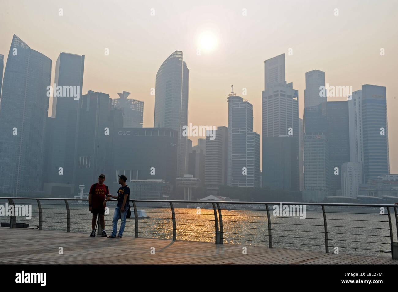(141006) -- SINGAPORE, Oct. 6, 2014 (Xinhua) -- Buildings are enveloped in haze in Singapore, Oct. 6, 2014. Singapore's - Stock Image